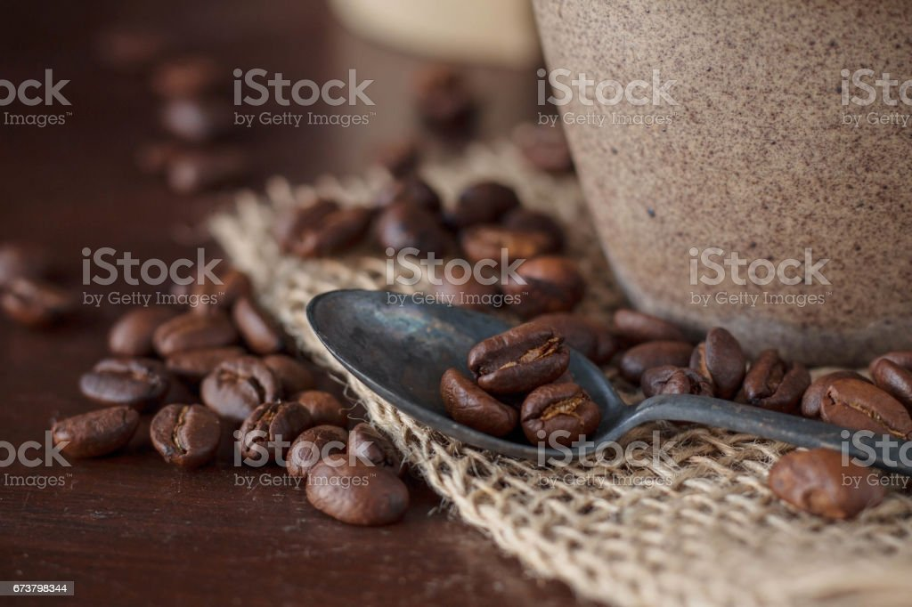 Kahve çekirdekleri masada. royalty-free stock photo