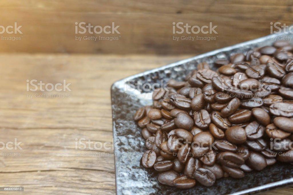 Granos de café en la mesa foto de stock libre de derechos