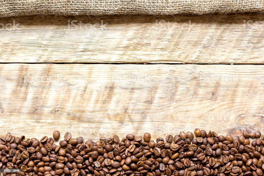 coffee beans on wooden table top view foto de stock royalty-free