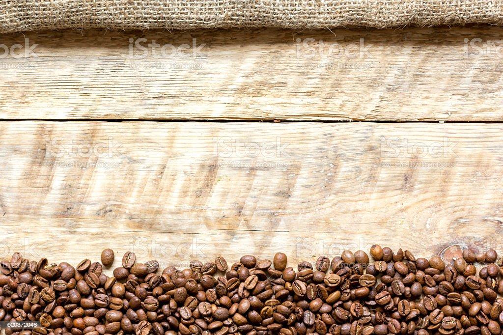 coffee beans on wooden table top view zbiór zdjęć royalty-free