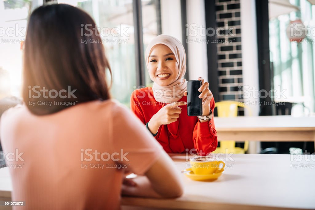 Coffee break and gossip with best friends - Royalty-free 20-29 Years Stock Photo