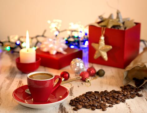 Photo libre de droit de Pause Café À La Décoration De Noël À La Maison  banque d'images et plus d'images libres de droit de Aliments et boissons -  iStock
