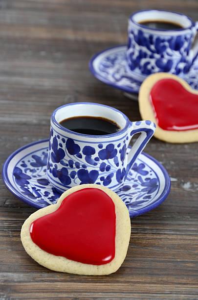 kaffee- oder teepause für zwei personen - mokkatassen stock-fotos und bilder