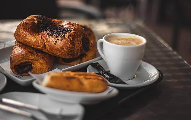 Café pausa com postry. - foto de acervo