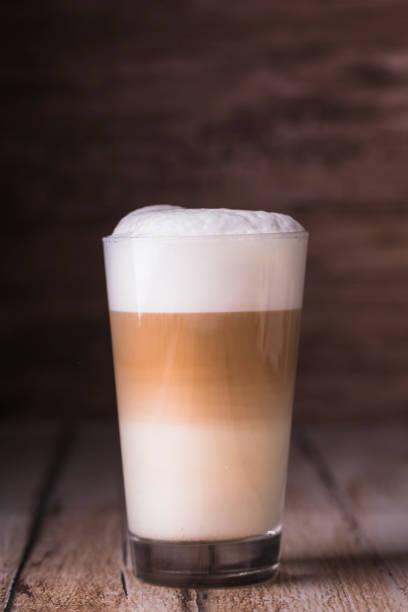 kaffee café latte macchiato im glas - cappuccino stock-fotos und bilder