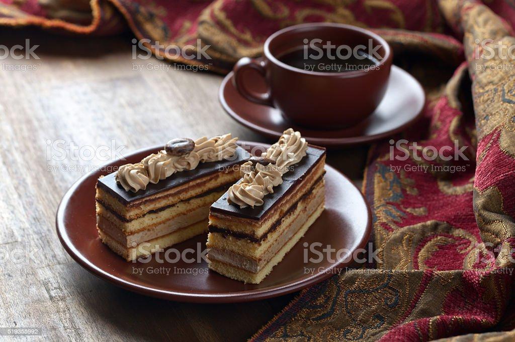 Bolo de café na mesa de madeira - foto de acervo