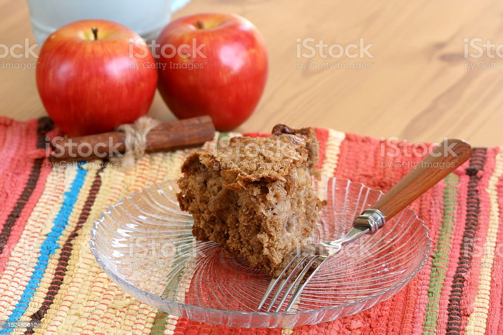 Bolo de café e canela com maçãs de cenoura - foto de acervo