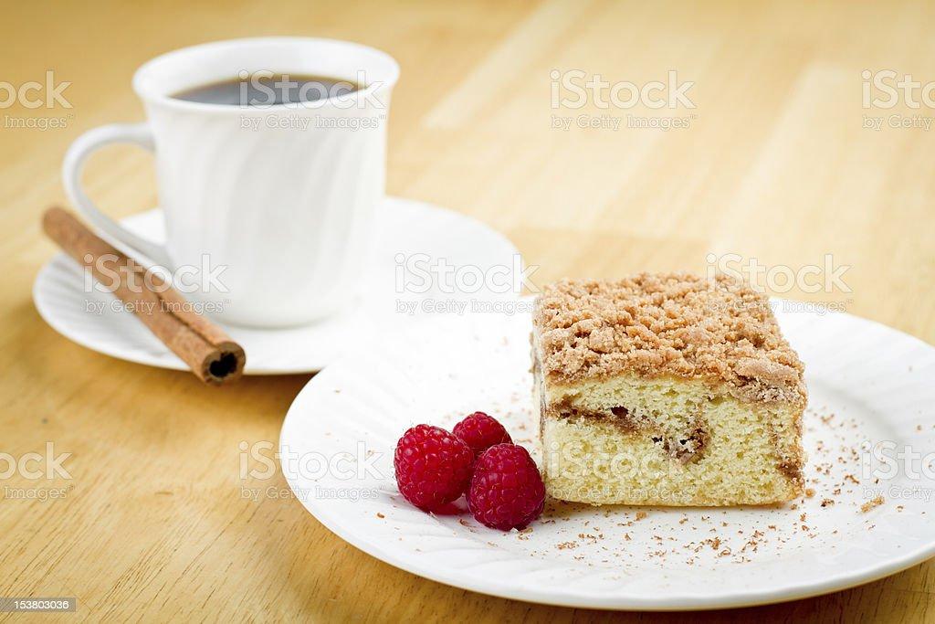 Bolo de café e canela e framboesas - foto de acervo