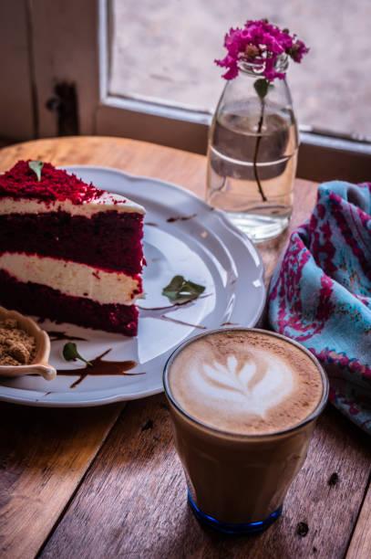 cappuccino-kaffeetasse und kuchen auf holz tisch klassisch in coffee-shop - schokolade gebratene kuchen stock-fotos und bilder
