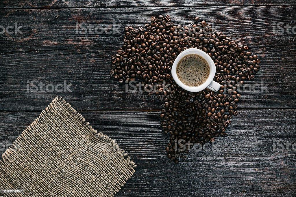 Xícara de café e grãos  - foto de acervo