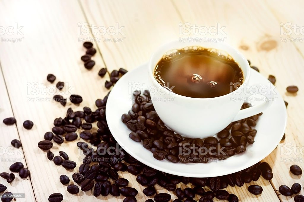 Coffee cup and coffee beans with steam foto de stock royalty-free