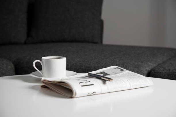 Tasse Kaffee und Zeitung – Foto
