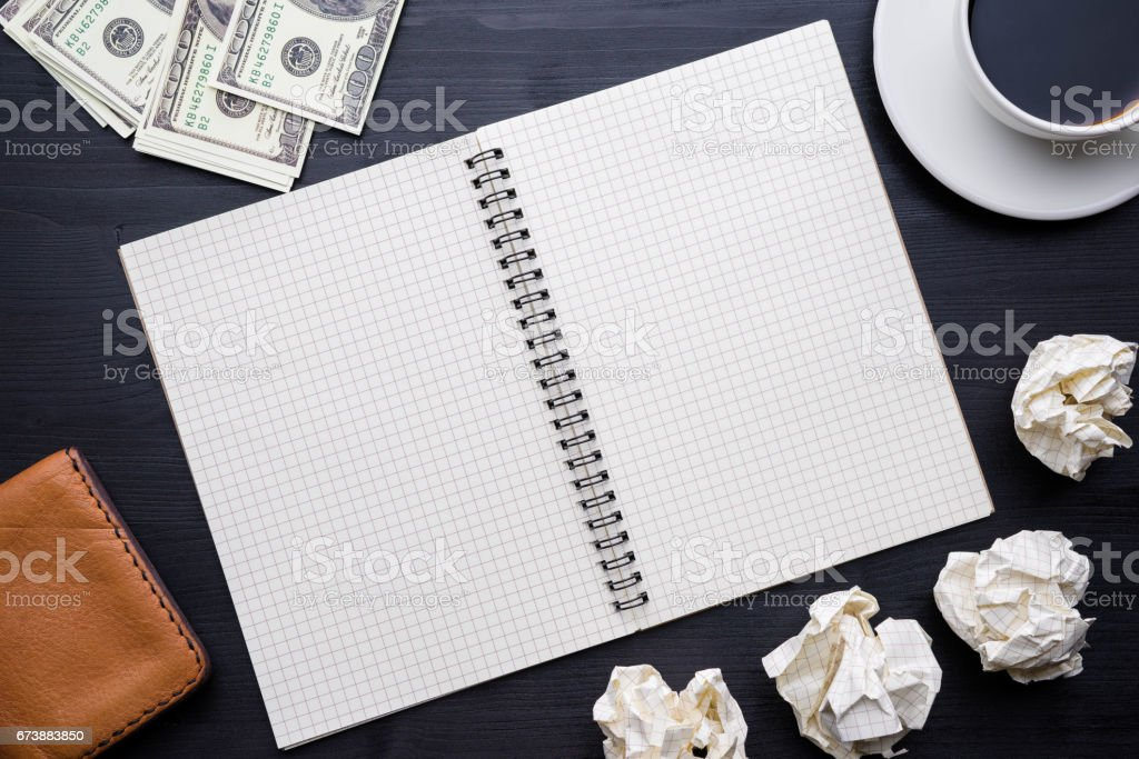 Coffee cup and notebook on wooden table background photo libre de droits