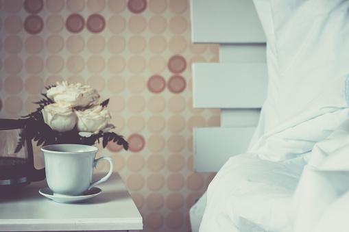 Coffee Cup In Bedroom — стоковые фотографии и другие картинки Блюдце