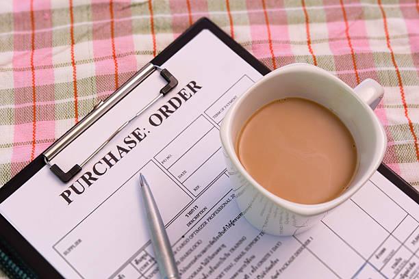 Tasse de café sur le formulaire de commande d'achat - Photo