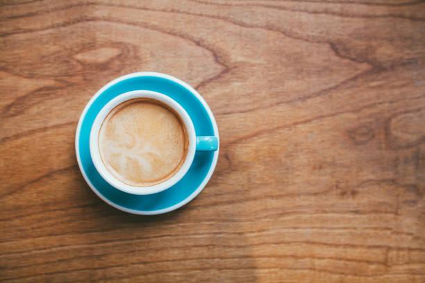 나무 책상에 커피 컵 - 풍경보기 뉴스 사진 이미지