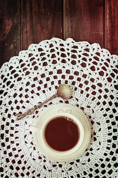 kaffeetass'auf die mindestaufenthaltsdauer beträgt drei vintage spitzen zierdeckchen - spitzenkekse stock-fotos und bilder