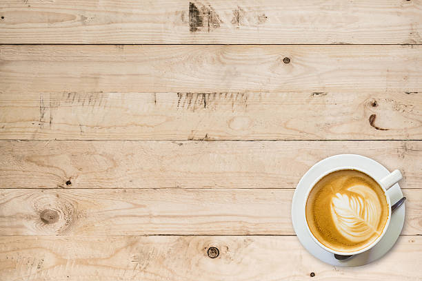 kaffeetasse auf holztisch mit meetingfläche - wärmeplatte stock-fotos und bilder