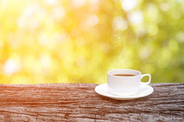Kaffeetasse auf Holztisch über abstrakte Natur Hintergrund. – Foto