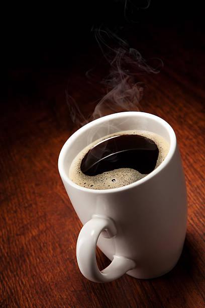 Kaffeetass'auf Holztisch – Foto