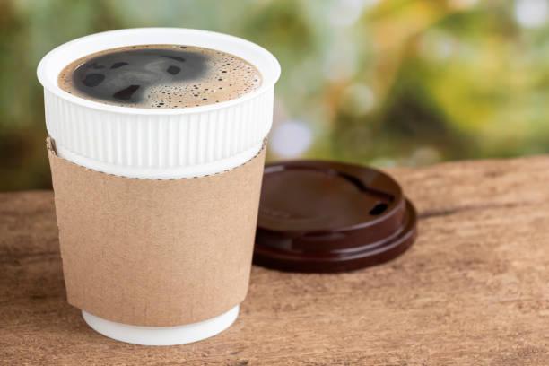 텍스트와 로고를 위한 복사 공간이 있는 자연아침 나무 테이블 배경에 커피 컵이나 일회용 컵. 스톡 사진