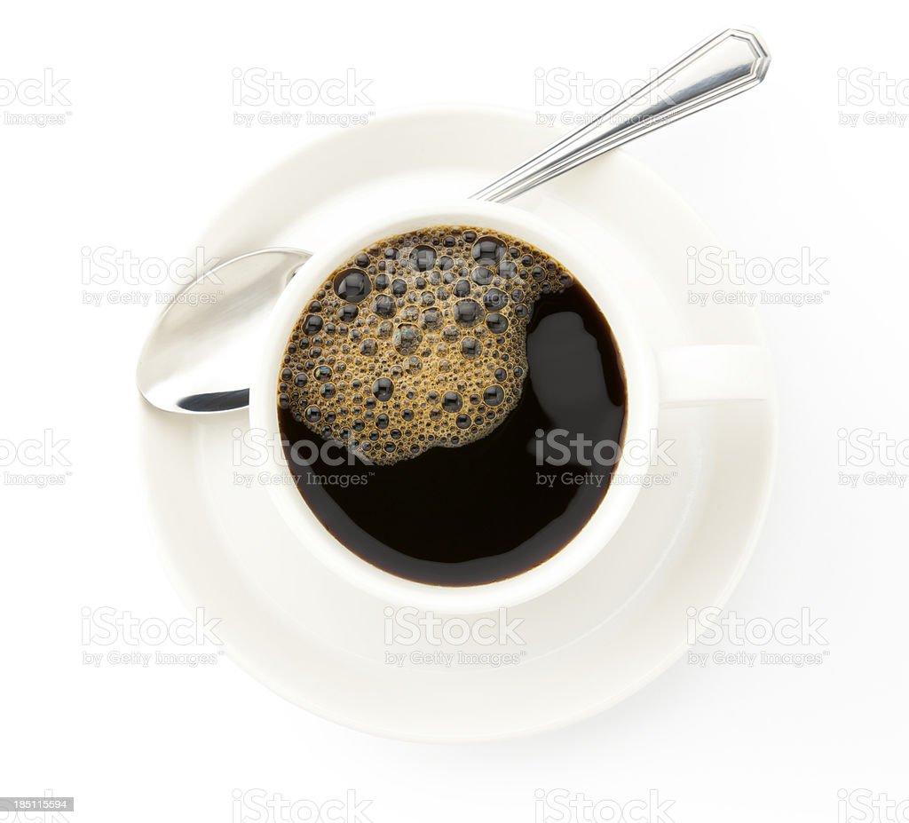 Kaffeetasse mit silberfarbener Tee-Löffel auf weißem Hintergrund. – Foto