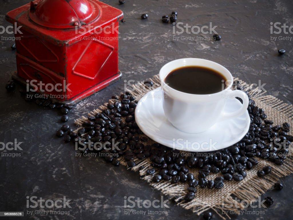 Kaffeetasse mit Vintage rot Kaffeemühle und Bohnen - Lizenzfrei Alt Stock-Foto