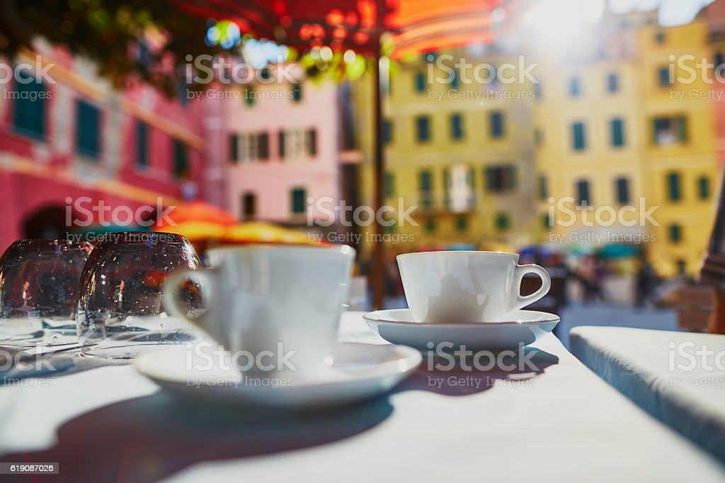 Coffee cups in cafe in Vernazza, Cinque Terre, Italy – Foto