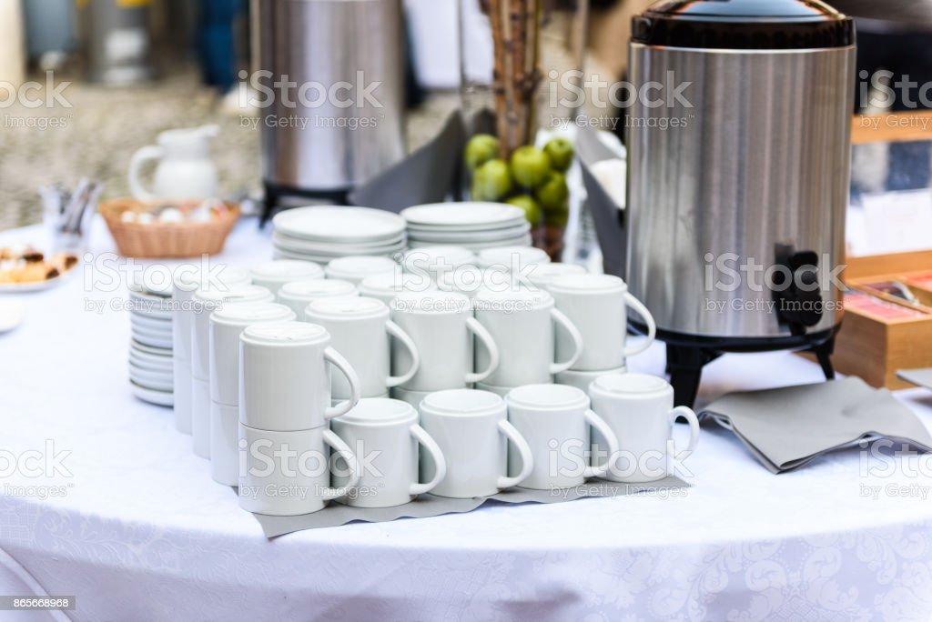 Café, tasses sur la table de conférence ou de banquet de mariage de restauration. - Photo