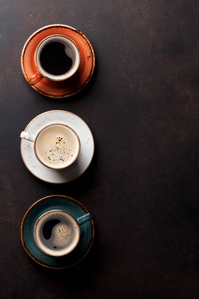 kaffeetassen auf alten küchentisch - espresso stock-fotos und bilder