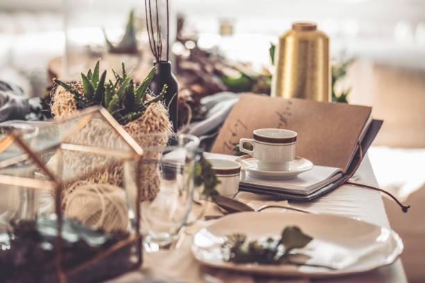 kaffee tassen - küche rustikal gestalten stock-fotos und bilder