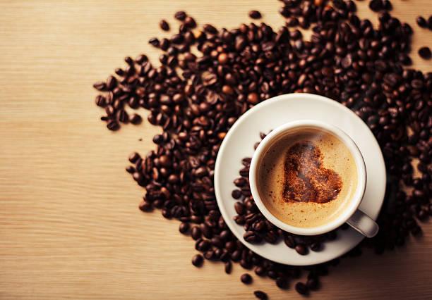 kaffee mit herzform übersät mit zimt - marko skrbic stock-fotos und bilder