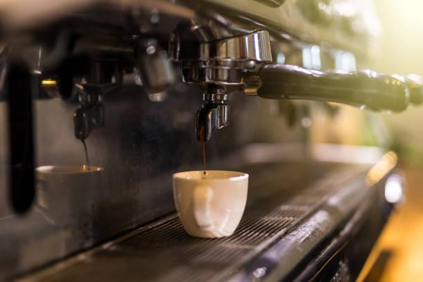 從專業咖啡機中提取咖啡。咖啡廳。 - 咖啡 飲品 個照片及圖片檔
