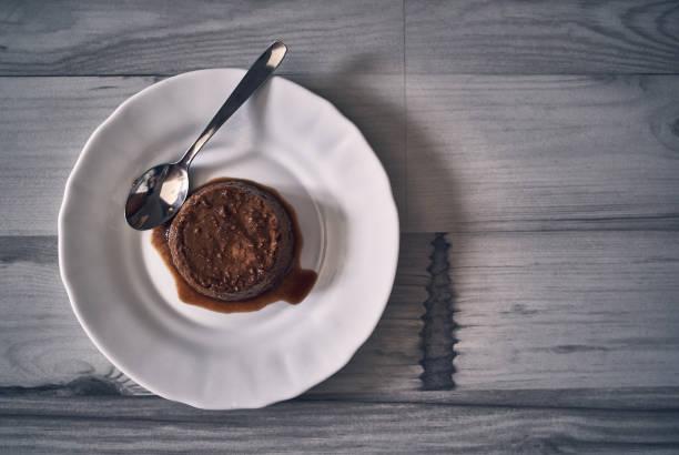 kaffeeflän-dessert auf dunklem naturholzhintergrund - kochen mit oliver stock-fotos und bilder