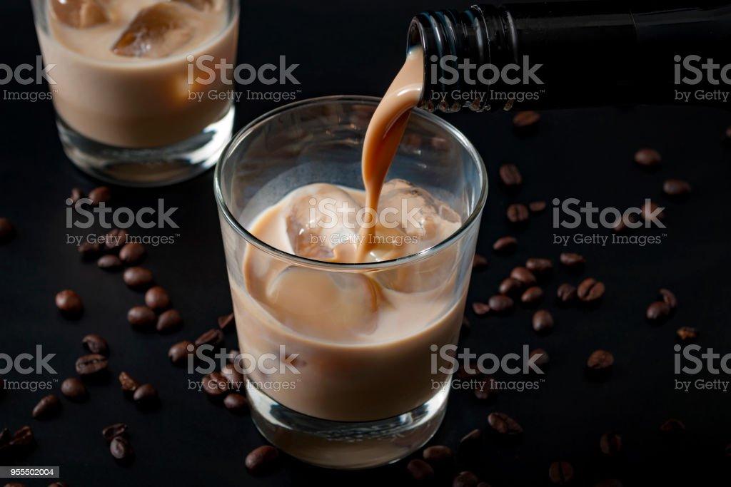 Kaffee aromatisiert irish Cream Whiskey in ein Glas gießen – Foto