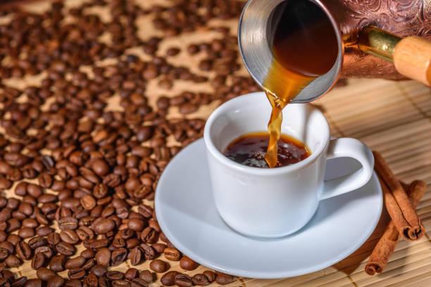 土耳其人的咖啡倒入杯中 - 咖啡 飲品 個照片及圖片檔