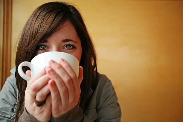 kaffee-mädchen - gesichtertassen stock-fotos und bilder