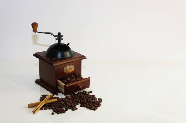 kaffeemühle mit kaffeebohnen und zimt - crock pot süßigkeiten stock-fotos und bilder