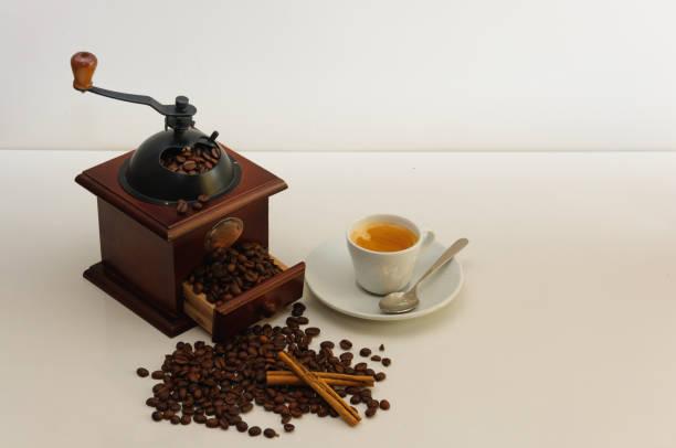 kaffeemühle mit kaffee bohnen, zimt und coffee maker arm mit gemahlenem kaffee - crock pot süßigkeiten stock-fotos und bilder