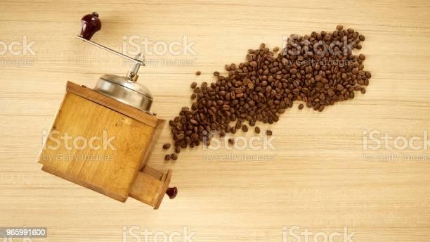 Coffee Grinder With Coffee Beans On Wooden Background - Fotografias de stock e mais imagens de Antigo