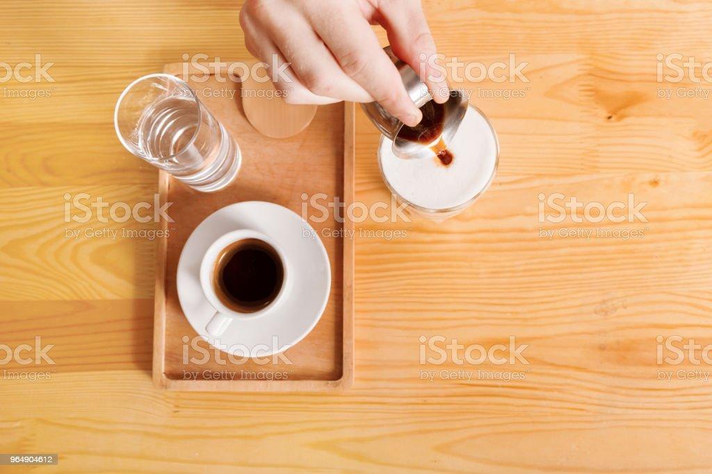 咖啡屋櫃檯背景有咖啡杯 - 免版稅人手圖庫照片