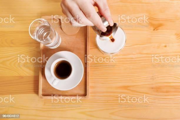 咖啡屋櫃檯背景有咖啡杯 照片檔及更多 人手 照片