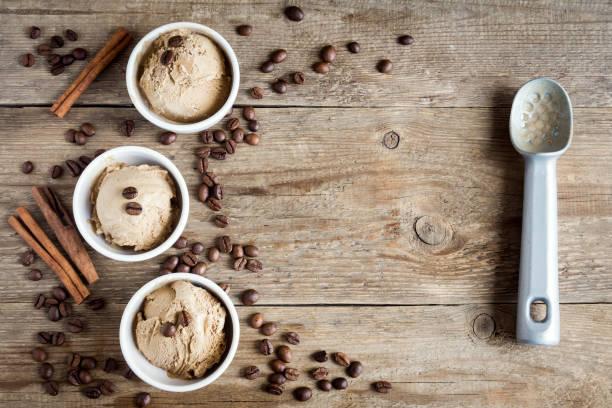 kaffee-cream - hausgemachtes vanilleeis stock-fotos und bilder