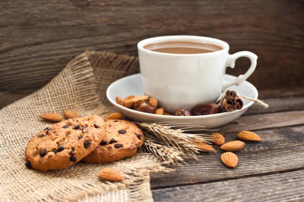 kaffee in einer schale mit keksen und nüssen - schokolade gebratene kuchen stock-fotos und bilder