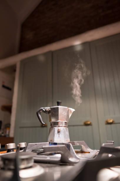 kaffee in meinem moka topf - mocca stock-fotos und bilder