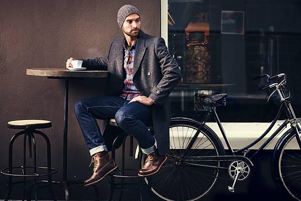 café siempre es una buena idea - moda de invierno fotografías e imágenes de stock