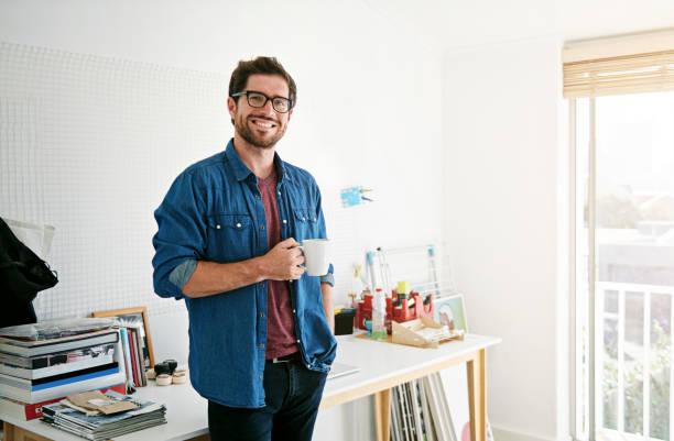 el café es lo que hace que los jugos creativos fluyen - solteros jóvenes fotografías e imágenes de stock