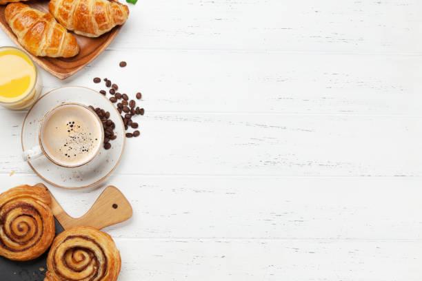 el desayuno incluye café, zumo y cruasanes - desayuno fotografías e imágenes de stock