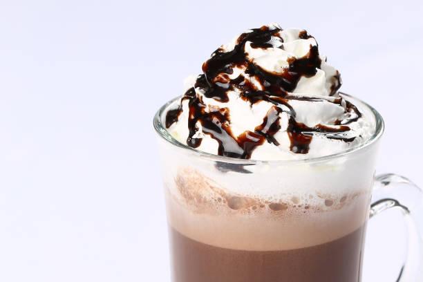 kaffee latte macchiato mit schlagsahne - zimt waffeln stock-fotos und bilder
