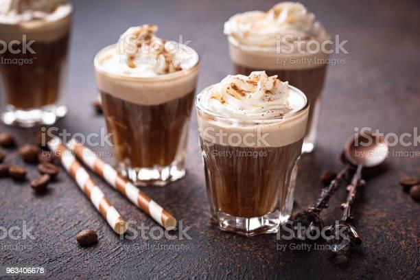 Latte Kawy Z Bitą Śmietaną - zdjęcia stockowe i więcej obrazów Bez ludzi